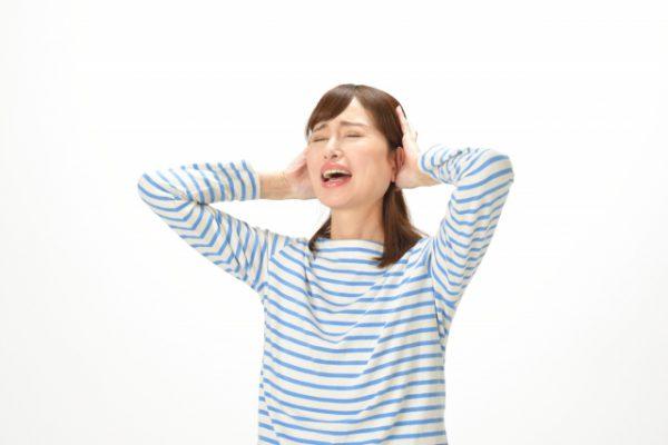 iPhoneXに変えて頭を抱える女性