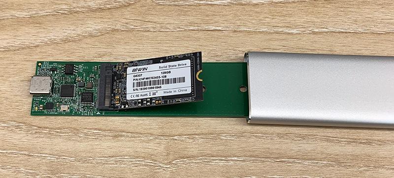 SSDをケースに挿したところ